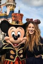 Ganz natürlich mit ungekämmten Haaren und ohne Make-Up posiert Blake Lively mit Mickey Mouse im Disneyland Paris.