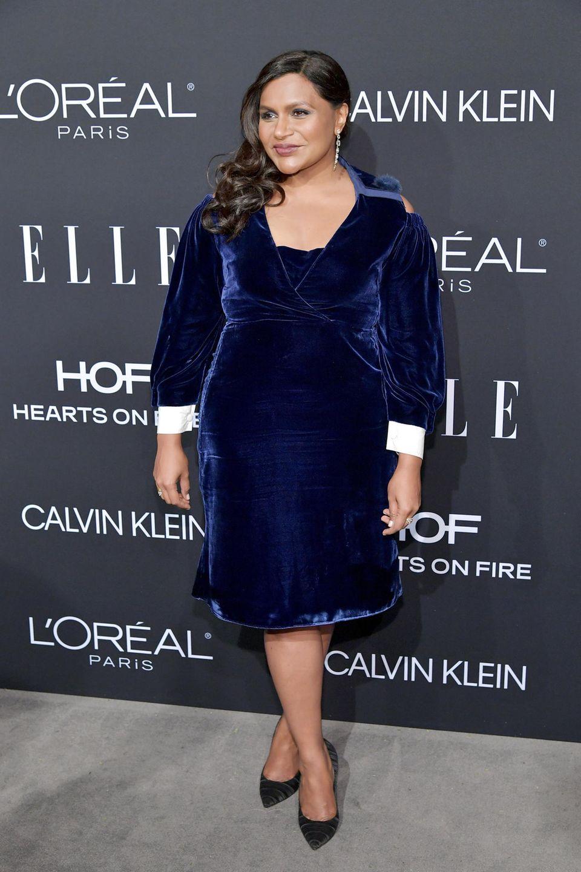 Ganz festlich gibt sich Mindy Kaling im blauen Samtkleid von Fendi.
