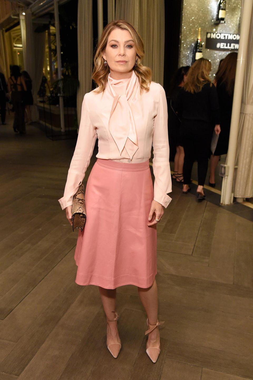 """""""Grey's Anatomy""""-Star Ellen Pompeo zeigt sich mit zarter Schluppenbluse und Lederrock von Calvin Klein ganz rosig."""