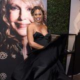 """Schwungvoll präsentiert sich """"OITNB""""-Star Laverne Cox im schwarzen Satin-Kleid von Toni Maticevski."""