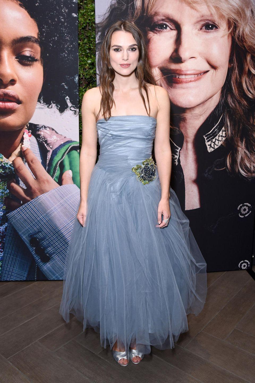Keira Knightly bezaubert in Beverly Hills im graublauen Tülldress von Prada.