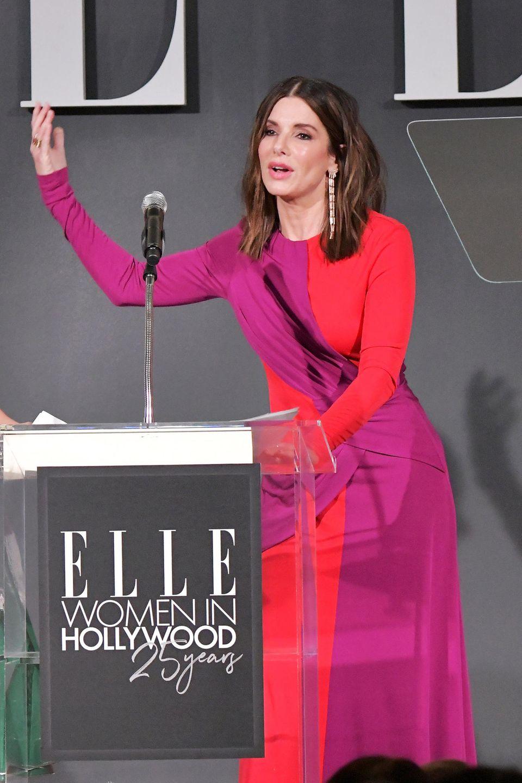 """Wow!Sandra Bullock leuchtet im Colour-Blocking-Style auf der Bühne der """"Women in Hollywood""""-Gala."""