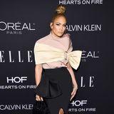 """Ganz extravagant hat sich Jennifer Lopez für die """"Women in Hollywood""""-Gala verpackt. Der Seidenlook stammt von Designer Maticevski."""