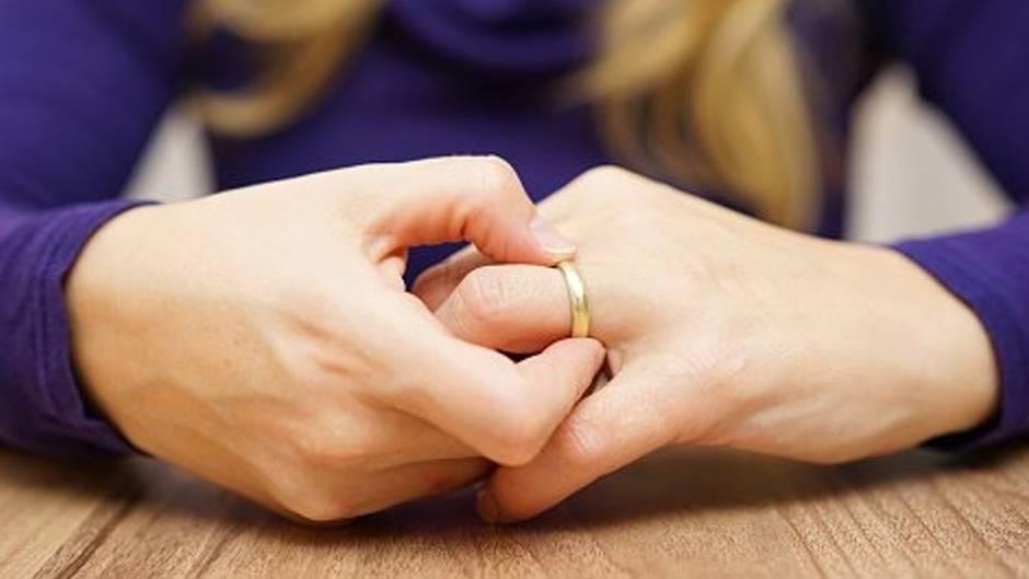 Lifehack: So bekommen Sie einen hartnäckigen Ring von Ihrem Finger