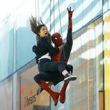 Action mitten in New York. Schauspielerin Zendaya und Spiderman Tom Holland lassen sich spektakulär von einem Hochhaus sausen. Zendaya zieht dabei wilde Grimassen.