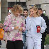 18. September 2018  Ganz verliebt turtelnd laufen Justin und Hailey durch London.