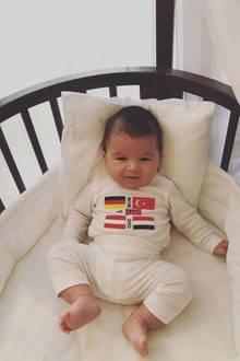 """15. Oktober 2018  """"Liebe ist international,"""" schreibt Sila Sahin zu diesem niedlichen Schnappschuss von Söhnchen Elija. Ganz entspannt liegt der Kleine in seiner Wiege und schaut in die Kamera."""