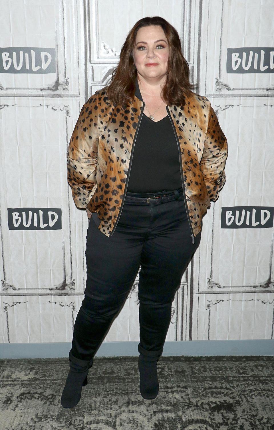 IneinemschwarzenT-Shirt, das sie in ihre enge und ebenfalls schwarze Jeans gesteckt hat, posiert Melissa McCarthy im Oktober 2018 bei einer Veranstaltung in New York. Selbstbewusst präsentiert sie sich und ihren schlankeren Body – inklusive einem neuen Körpergefühl!