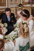 Mit diesem zauberhaften Schnappschuss möchten sich Prinzessin Eugenie und ihr Ehemann Jack Brooksbank bei allen bedanken, die den Hochzeitstag so besonders gemacht haben. Zu sehen ist das frisch vermählte Paar mit den vielen kleinen Blumenmädchen und Pagen.