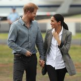 Tag 2  Bei ihrer Ankunft am Flughafen von Dubbo wirken Prinz Harry und Herzogin Meghan total verliebt. Hand in Hand steigt das Pärchen aus dem Flugzeug.