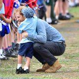 Tag 2  Liebevoll umarmt Prinz Harry einen kleinen Fan mit einer Umarmung.