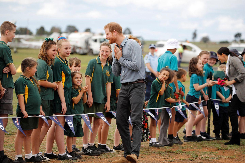 Tag 2  Charmant wie immer. Prinz Harry begrüßt die wartenden Fans am Flughafen von Dubbo.