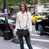 """Beine bis zum Himmel – ein Schönheitsideal, das so manche Frau verfolgt. Auch Katie Holmes liebt es, ihre schlanken Beine in Szene zu setzen und hat sogar noch einen praktischen Trick parat:Denn um ihre Beine optisch noch etwas zu verlängern, trägt die 1,75 Meter große Schauspielerinsogenannte """"Split-Front Booties""""zum Filmmaker Lunch in New York. Die schwarzen Samt-Stiefeletten von Gianvito Rossi sind für 750 Euro sogar noch in einigen Größen zu haben!"""