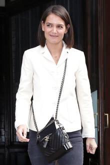 Zu den Samt-Stiefeletten kombiniert Katie Holmes eine schwarze Skinny Jeans und einen cremefarbenen Blazer. Die Gabrielle Hobo Tasche von Chanel für rund 3.800 Euro wertet den casual Look zusätzlich auf.