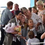Tag 2  Herzogin Meghan macht mit den wartenden Fans am Flughafen ein Foto.