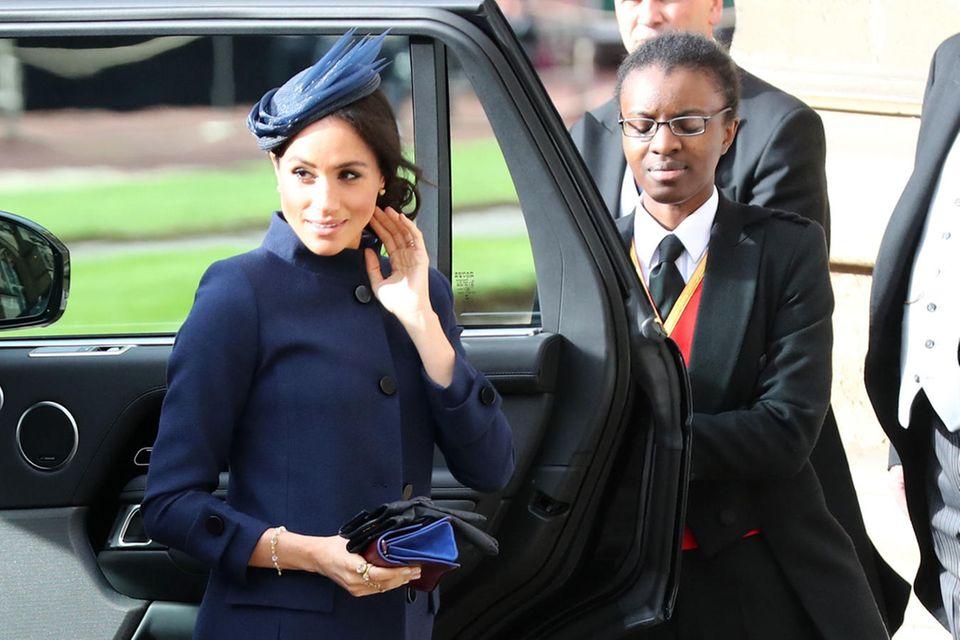 """Herzogin Meghan in ihrem """"verdächtigen"""" Mantel von Givenchy auf der Hochzeit von Prinzessin Eugenie und Jack Brooksbank"""