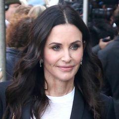 Oktober 2018:  Die 54-Jährige scheint einfach nicht altern zu wollen. In New York City zeigt sich die Schauspielerin mit frischem Teint, leichten Beach-Waves und faltenfreier Haut. Doch im Gegensatz zu den Monaten zuvor, wirkt Courteneys Miene weniger starr und unnatürlich prall.