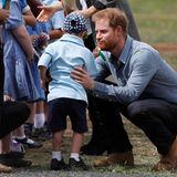 """Tag 2  """"Bist du der Nikolaus?"""", der kleine Fan fasst Prinz Harry an den Bart."""