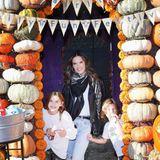 Fröhlich posiert Alessandra Ambrosio mit ihren Kindern Noah und Anja auf einer Kürbis-Plantage.