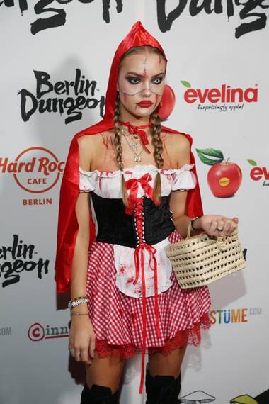 Als ein Rotkäppchen zum zum Fürchten erscheint Natascha Ochsenknechts TochterCheyenne Ochsenknecht.