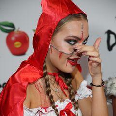 Beim Fotoshooting auf dem roten Teppich hatNatascha Ochsenknechts Tochter Cheyenne Ochsenknecht zunächst mit einer Kostümpanne zu kämpfen: Ihr fallen wortwörtlichdie Augen heraus. Zum Glück handelt es sich nur um eine widerspenstige Kontaktlinse.