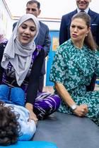 17. Oktober 2018  Prinzessin Victoria besucht während ihrer Reisenach Jordanien eine Einrichtung für Menschen mit körperlicher Behinderung. Dabei zeigt sich die Kronprinzessin von ihrer lustigen Seite und albert mit den Kindern herum.