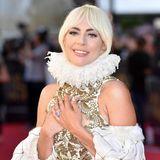 Seit Monaten wird spekuliert, ob Lady Gaga mit ihrem Manager Christian Carino verlobt ist. In ihrer Rede bei der Women-in-Hollywood-Gala in Los Angeles ließ die Sängerin nun die Bombe platzen und erwähnte ihren Verlobten. Der wunderschöne Verlobungsring funkelt jedoch schon länger an ihrer Hand ...