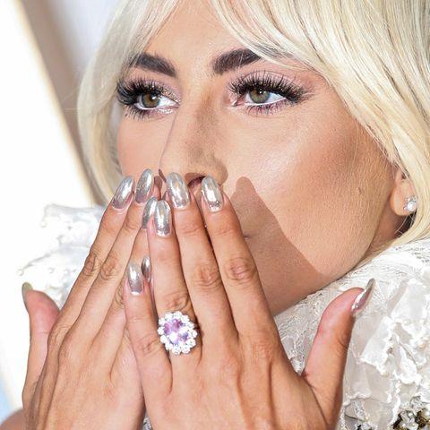 """Bereits bei der UK-Premiere von """"A Star is born"""" in London (am 25. September und somit knapp drei Wochen vor der Bestätigung ihrer Verlobung)trug Lady Gaga ihren wunderschönen Verlobungsring, der dem Verlobungsring von Herzogin Catherine verdächtig ähnlich sieht."""