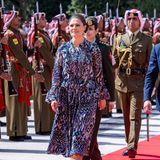 Prinzessin Victoria hingegen setzt zwar ebenfalls auf ein Kleid in Midi-Länge - ihr Modell überzeugt jedoch nicht nur mit schönen Volants, sondern auch einer aufwendigen Musterung. Welche royale Schönheit nun den besseren Look hat? Wir können uns nicht entscheiden!