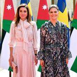 Königin vs. Prinzessin: Im Rahmen ihrer Jordanien-Reise trifft Prinzessin Victoria auf Königin Rania. Beide Damen sind für ihren guten Stil und tolle Outfits bekannt. Doch welche der royalen Schönheiten hat bei diesem Aufeinandertreffen modisch die Nase vorn?