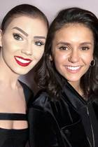 """Auf Instagram postet Nathalie Volk ein Selfie mit Nina Dobrev. Den""""Vampire Diaries""""-Star hat Volk bei einem Konzert in Los Angeles getroffen. Doch nicht der Serienstar steht hier im Fokus, sondern dassehr auffällige Make-up derEx-GNTM-Kandidatin.Ihre Haare hat Nathalie zu einem strengen Dutt gebunden, ihre Augenbrauen sehr stark betont. Mittlerweile sind ihre auffälligen Beauty-Looks fast zu einer Art Markenzeichen von Nathalie Volk avanciert. Dennoch würde ihr ein etwas natürlicherer Look sicherlich auch sehr gut stehen."""