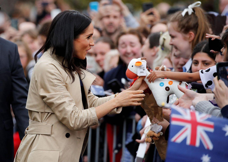 Tag 3  Herzogin Meghan nimmt beim Treffen mit den Fans in den Royal Botanic Gardens in Melbourne ein süßes Stofftier von einem Fan entgegen.