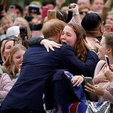 Tag 3  Prinz Harry umarmt die völlig überwältigte India Brown.