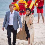 Tag 3  Beim Treffen mit Rettungsschwimmern am South Melbourne Beach schlendern Prinz Harry und Herzogin Meghan Hand in Hand durch den Sand. Die schwangere Herzogin hat die High-Heels gegen bequeme Ballerina eingetauscht.