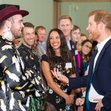 Tag 3  Fröhlich begrüßt Prinz Harry einen Melbourner in traditioneller Tracht.
