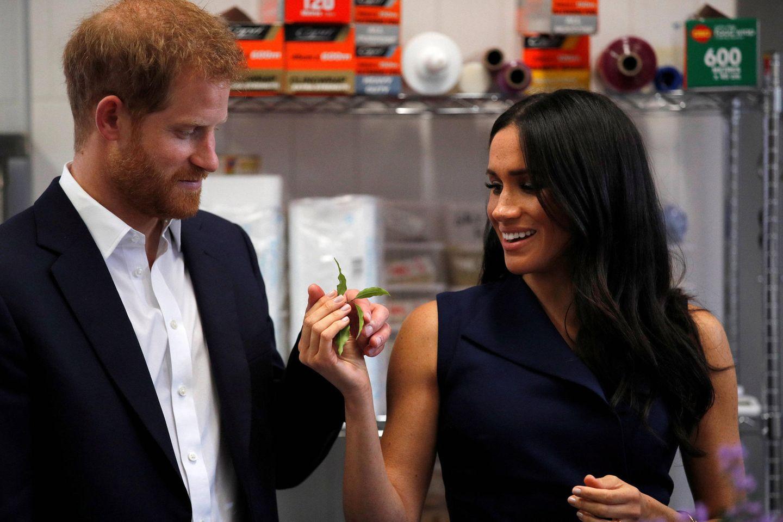 Tag 3  Beim Besuch des Restaurants Charcoal Lane in Melbourne testen Prinz Harry und Herzogin die Zutaten in der Küche. Auch hier zeigt sich das royale Pärchen liebevoll.