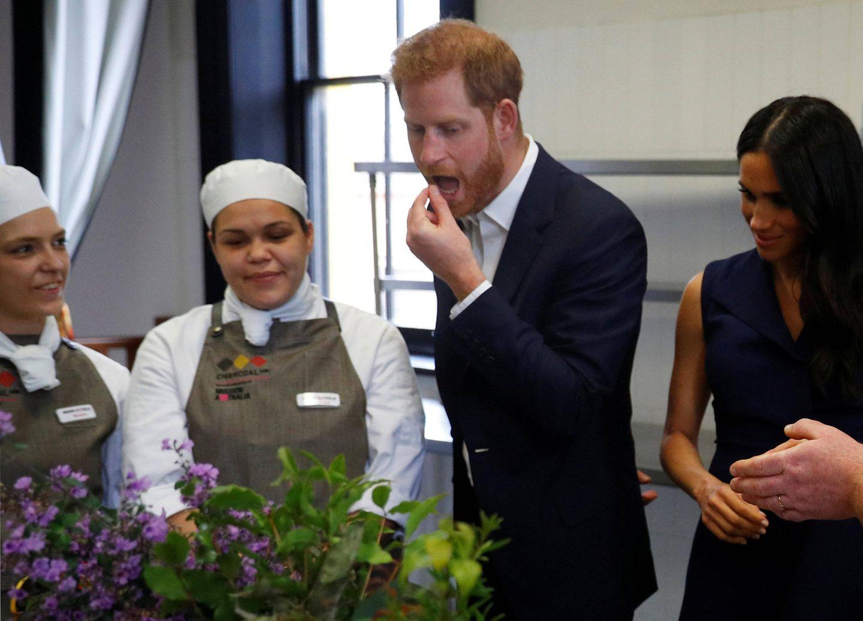 Tag 3  Und schmeckt's, Harry? Der Prinz probiert heiter sämtliche Zutaten in der Küche des Restaurants Charcoal.