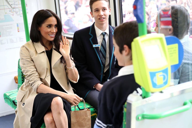 Tag 3  Prinz Harry und Herzogin Meghan besuchen eine Grundschule in Melbourne. Um diese zu erreichen nutzen sie die Straßenbahn.