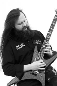 """18. Oktober 2018: Oli Herbert (44 Jahre)  Die Metalcore-Band """"All That Remains"""" trauert um ihren Gitarristen Oli Herbert, der im Alter von 44 Jahren gestorben ist. Die Todesursache des Gitarristen mit der langen Mähne ist bislang unklar."""