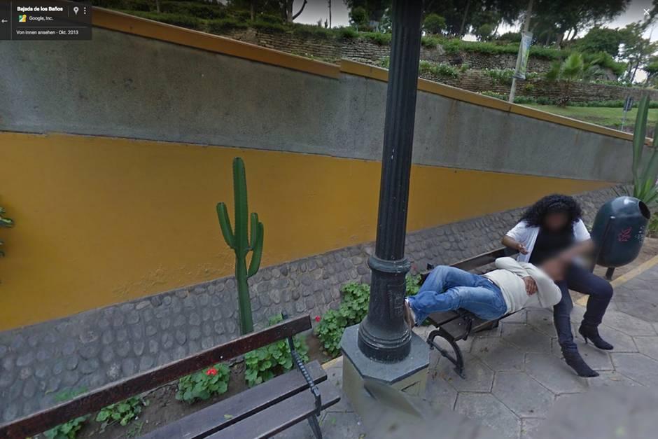 Bei Google Street View entdeckt der Ehemann seine Frau