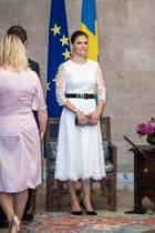 Prinzessin Victoria und Prinz Daniel sind zu Besuch in der libanesischen Hauptstadt Beirut. Zum Treffen im Präsidentenpalast trägt Victoria ein weißes Spitzenkleid, das auf den ersten Blick auch als ein Hochzeitskleid durchgehen würde. Doch kombiniert mit einem schwarzen Taillengürtel und schwarzen Pumps macht Victoria im Präsidentenpalast eine tolle Figur.