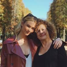 Mit diesem seltenen Schnappschuss gratuliert Karlie Kloss ihrer Mutter Tracy Kloss zum Geburtstag.