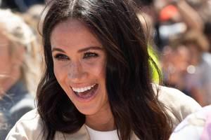 Zum Auftakt ihrer ersten großen Übersee-Reise nach Australien trägt Herzogin Meghan ihr Haar natürlich, leicht gewellt und offen. Es scheint, als habe Meghannicht mal Haarspray in den Haaren ...