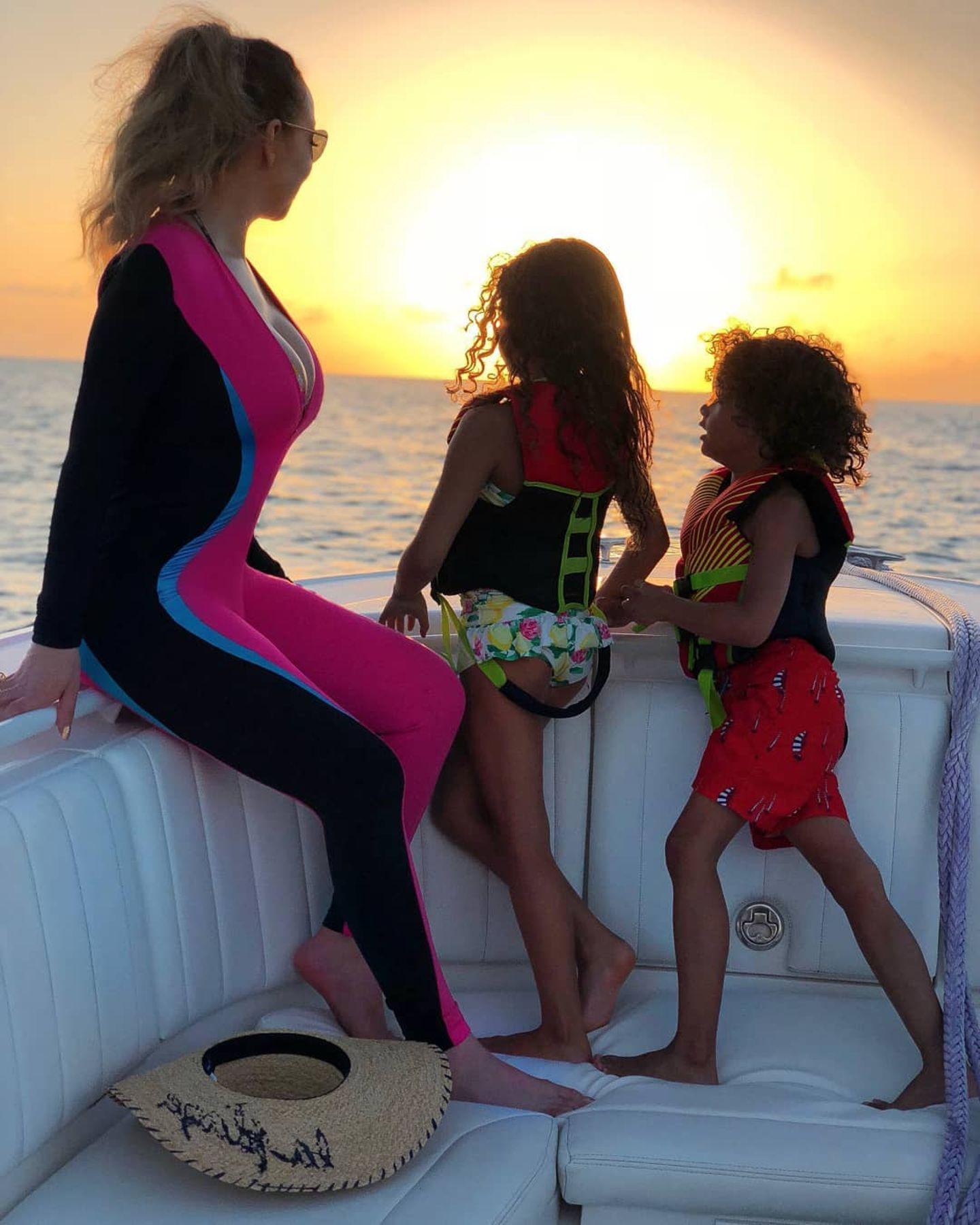 Der Sonne entgegen fahren Mariah Carey und ihre Zwillinge Monroe und Morrocan auf einem Boot.