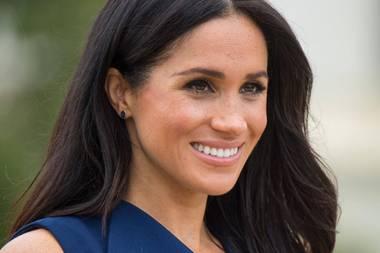 Zum maßgeschneiderten Designerkleid der australischen Marke Dion Lee setzt Meghanauf leicht gewelltes Haar. Den Scheitel trägt sie mittig und streicht dabei eine Haarsträhne hinters Ohr.