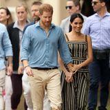 Tag 4  Man sieht dem Paar ihre Freude über Nachwuchs an. Hand in Hand und mit einem Lächeln erreichen Prinz Harry und Herzogin Meghan den Bondi Beach.