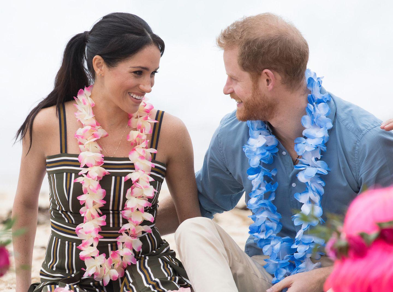 Tag 4  Prinz Harry und Herzogin Meghan besuchen den Bondi Beach und nehmen an der Veranstaltung einer Surfgruppe teil. Verliebt schaut sich das Pärchen in die Augen.