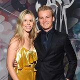Vivian Rosberg bezaubert in sonnig gelbem Samt an der Seite ihres Mannes Nico.