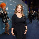Rebecca Immanuel zeigt sich dagegen eher zurückhaltend im eleganten Midi-Dress.