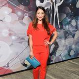 """""""In aller Freundschaft""""-Star Arzu Bazman bringt mit ihrer roten Kombi und hellblauer Clutch einen echten Farbklecks auf die Charity-Gala."""